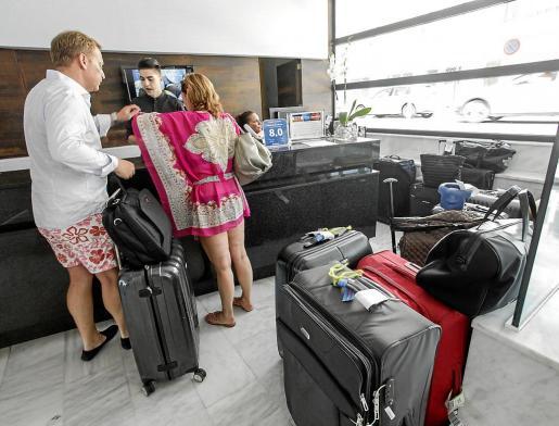 Imagen de archivo de turistas pagando el impuesto turístico en Ibiza.