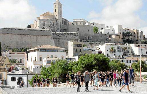 Imagen de archivo de un grupo de turistas durante un paseo cultural por la zona de Dalt Vila en la ciudad de Ibiza.
