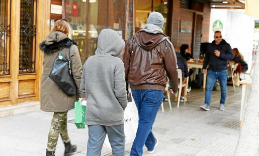 El frío se ha notado este fin de semana en Ibiza y Formentera y las bufandas, chaquetas y capuchas han vuelto a verse en las calles.