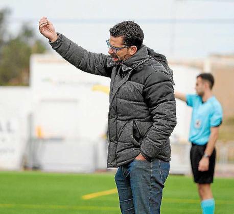 Tito García da instrucciones a los suyos.