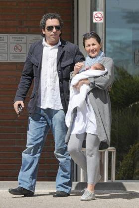 Sara Baras, su novio y el pequeño José abandonan la Clínica Ruber de Madrid.