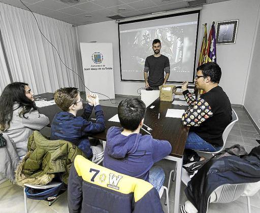 Todos los lunes y los miércoles los niños se dividen en dos grupos para aprender a dibujar manga bajo la dirección de Francisco García.