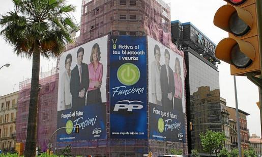 La campaña electoral del PP en las elecciones de 2007 fue especialmente llamativa por el despliegue de medios, con enormes carteles cubriendo fachadas enteras de edificios como este.