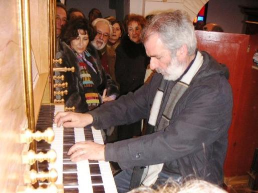El organista Pere Miquel Reynés Florit, en la iglesia de Sant Josep hace un año, cuando visitó la Isla para ofrecer un concierto.