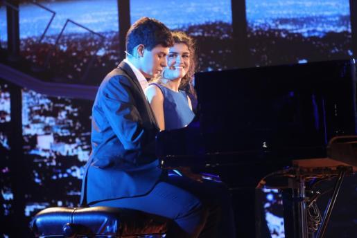 Amaia cantando junto a Alfred durante una de las actuaciones en Operación Triunfo.