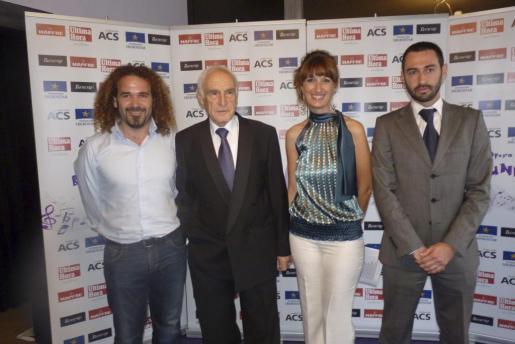 Rafael Nadal con Micki Jaume, Esther Ventura y Alejandro Borrás, organizadores del evento musical que reunió a deportistas, músicos y familiares de los niños cantores.