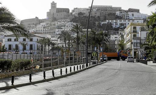 Las obras de renovación del saneamiento se realizan en el puerto junto a la estación de Formentera.