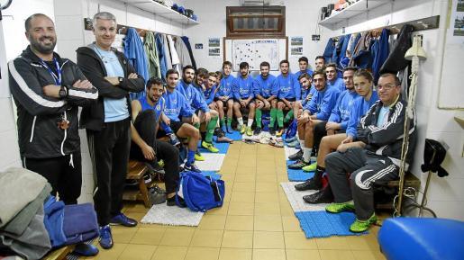 Los jugadores de la primera plantilla del Alcúdia posan en el vestuario momentos previos a un entrenamiento.