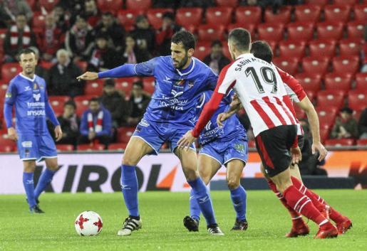 Fernando Liñán en una acción del partido contra el Athletic de Bilbao.