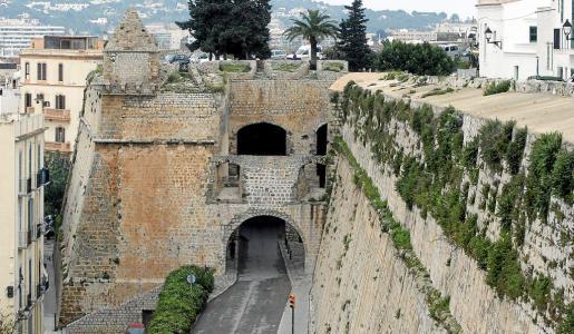Vista del baluarte de Sant Joan con las murallas llenas de vegetación en una imagen de archivo.