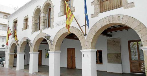 Fachada del Ayuntamiento de Santa Eulària des Riu.