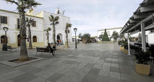 La plaza de la Constitució en Sant Francesc, centro neurálgico de la isla, luce normalmente este aspecto durante el invierno.