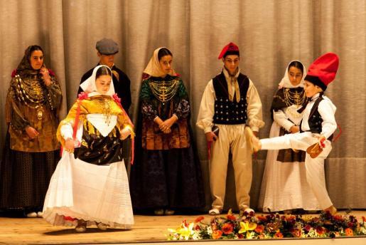 Una pareja de jóvenes 'balladors' de la colla 'josepina' bailando 'la llarga' sobre el escenario del Cine Regio.