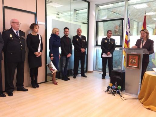 La delegada del Gobierno, Maria Salom, ha presidido este mediodía el acto celebrado en la Comisaría de Vila.