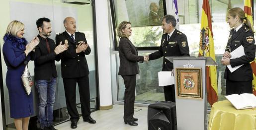 El comisario jefe de Ibiza, Manuel Hernández, recibe la felicitación de la delegada del Gobierno, Maria Salom, ante la mirada del alcalde de Ibiza y la vicepresidenta del Consell. Foto: DANIEL ESPINOSA