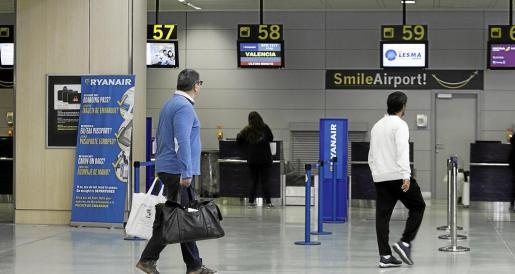 El vuelo a Valencia programado ayer solo contó con cinco personas con prioridad de embarque. Fotos: DANIEL ESPINOSA