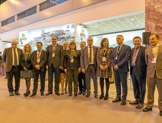Armengol con los representantes institucionales de Ibiza, ayer, en la primera jornada de Fitur.
