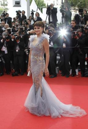 La actriz Penélope Cruz posa a su llegada a la alfombra roja de Cannes.
