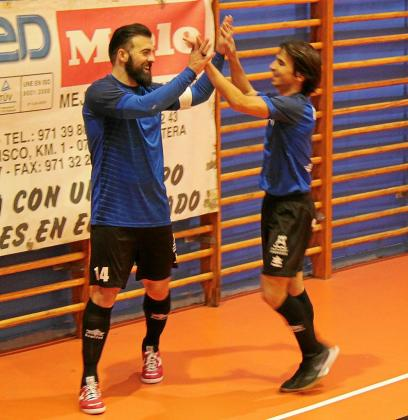 Ernesto y Antoñito celebran el primer gol del Gasifred contra el Alaró.