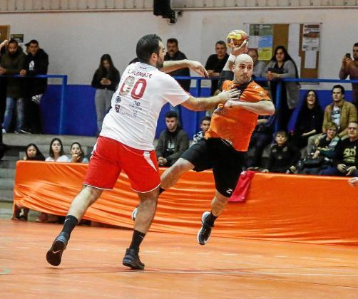 Santi Maíllo se prepara para ejecutar un lanzamiento a la portería visitante.