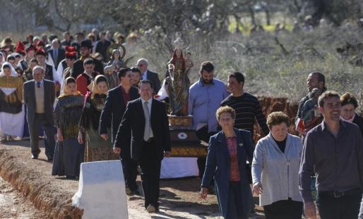 La patrona de la localidad salió en procesión acompañada por vecinos del barrio y por los 'balladors' y 'balladores'.