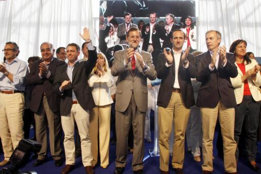 Enrique Fajarnés, Pere Palau, Miquel Jerez, Marienna Sánchez-Jáuregui, Mariano Rajoy, José Ramón Bauzá, Vicent Serra y Carmen Castro, ayer en el mitin.