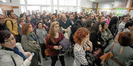 La entrada del instituto se llenó ayer a las 16:30 de aspirantes a las pruebas de catalán.