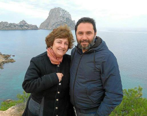 Catalina Lladó con Osvaldo Velázquez Muñoz, director del Espai Gestalt/TCI, en Ibiza.