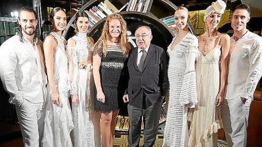 Corinna Graf y Nicolás Mayol rodeados de modelos Adlib.