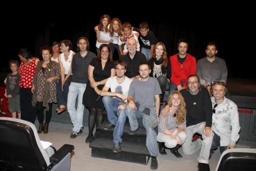 Profesores de teatro escolar de Mallorca se reunieron en el Teatre Municipal Catalina Valls para escuchar la conferencia de George Laferrière, que posó junto a ellos.