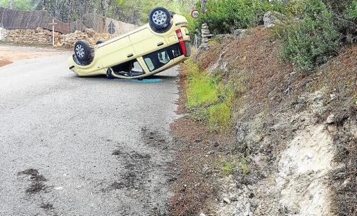 A consecuencia del volantazo del conductor, el vehículo volcó después de chocar contra un montículo y acabó boca abajo en la carretera .