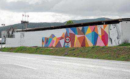 La lluvia que cayó ayer impidió que los grafiteros de Ibiza terminasen el mural, junto a Amnesia.