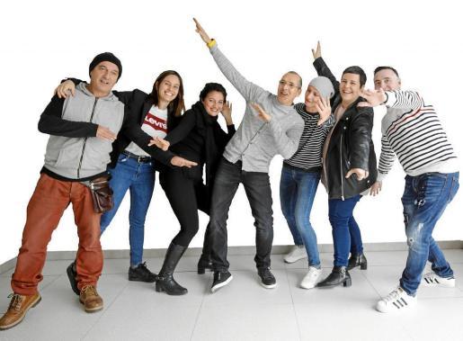 Seis de los protagonistas posan con Ana Ribas, concejala de Benestar Social.