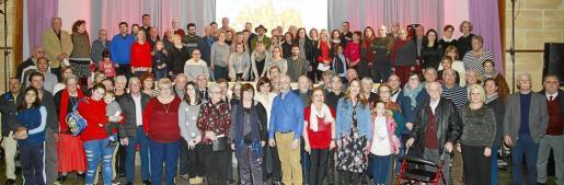 Foto de familia de todos los ganadores asistentes a la entrega de premios junto a Tomeu Penya y directivos del Grup Serra, empresa editora de Ultima Hora.