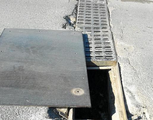 Sobre estas líneas, rejilla en mal estado en el camino del barrio de Can Tomàs.