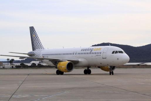 Imagen de un avión de la aerolínea Vueling en el aeropuerto de Ibiza.