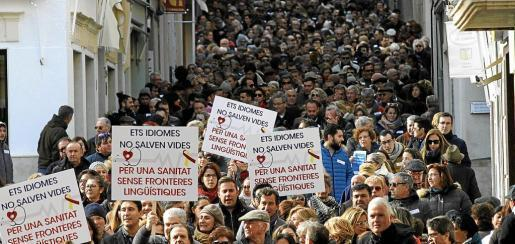 La protesta convocada por la plataforma 'Mos Movem ¡' reunió a más de 1.500 personas en Menorca contra el decreto.