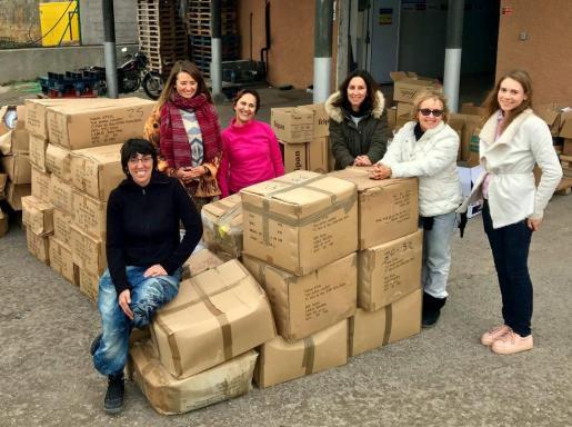 Imagen de las voluntarias de la ONG haciendo acopio del material enviado a Grecia.