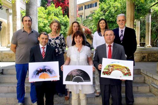 Cosme Bonet, Francina Armengol y Jordi Mulet, sujetando los diseños ganadores. Tras ellos, los miembros del jurado y el director de Ultima Hora, Pere Comas.