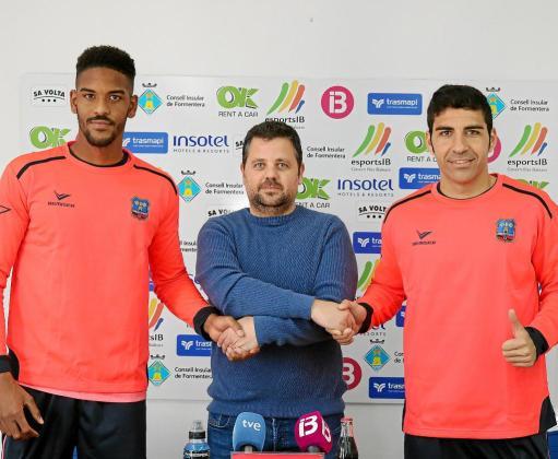 Daniel Momprevil y Ramón Soria, los dos últimos fichajes del Formentera, posan junto a Xicu Ferrer, presidente del club, durante su presentación.