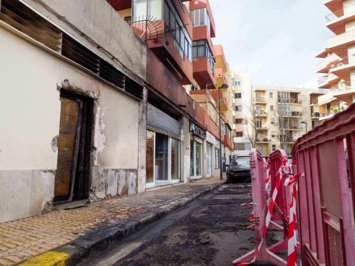 La fachada de los dos edificios y los bajos comerciales resultaron afectados por el fuego.