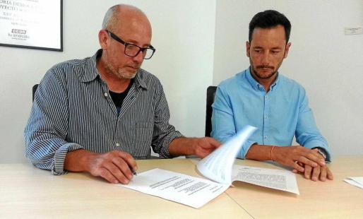 Joan Ribas y Rafa Ruiz durante la firma del acuerdo de gobierno en junio de 2015.