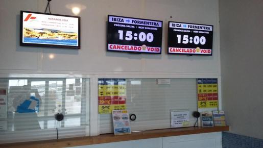 Pantallas anunciando las cancelaciones de varios trayectos entre las islas.
