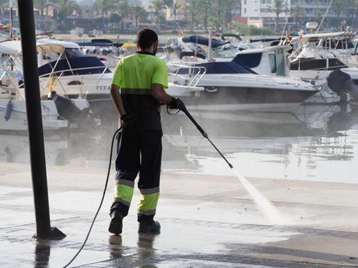 Imagen de archivo de un empleado de la limpieza de Sant Antoni trabajando en la zona del puerto.