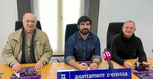 El concejal Agustín Perea (centro), acompañado de Miguel Ángel Cerdá y Pepe Perez.