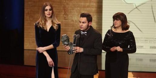 Laura Gost, Jaume Carrió y Aline Tur posan con el premio al 'Mejor cortometraje de animación' por su trabajo 'Woody & Woody', durante la 32 Edición de los Premios Goya.