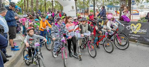 Imagen de la línea de salida con los pequeños que participaron en la 'mini cursa', prueba que contó con unos 70 ciclistas y muchos de ellos participaron después en la 'marxa'.