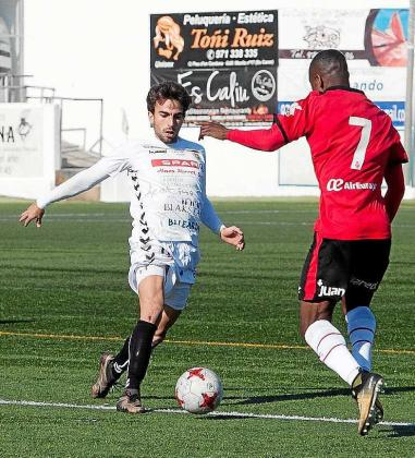 Guille Andrés conduce la pelota en un partido de esta temporada.