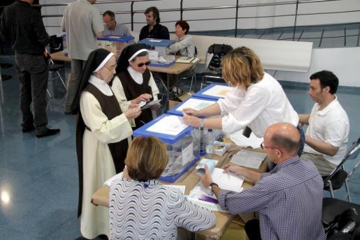 Dos monjas ejercen su derecho al voto en el colegio del Teatre Xesc Forteza.
