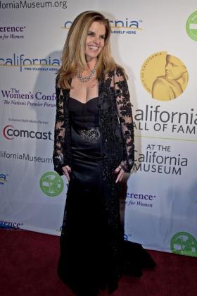 Maria Shriver, ex esposa del ex gobernador de California, Arnold Schwarzenegger, posa para los fotógrafos antes de la ceremonia de inclusión de catorce personalidades en el salón de la Fama Californiano del Museo de California, el martes 14 de diciembre de 2010.